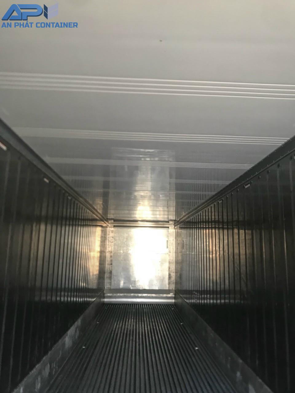 Bên trong container lạnh cũ vẫn còn rất sáng bóng, chưa móm méo